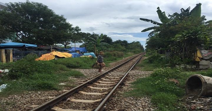 Băng qua đường ray, cô gái bị tàu hoả tông tử vong 1