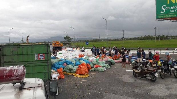 Người dân giúp tài xế thu gom 20 tấn hoa quả tràn ra đường do sự cố lật xe container 3