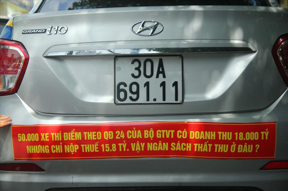 Việc taxi truyền thống dán băng rôn trên xe có thể bị xử lý  2