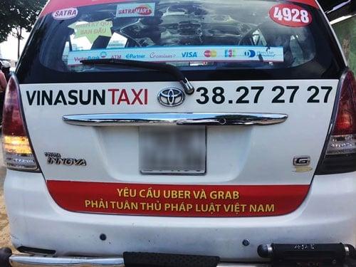 Việc taxi truyền thống dán băng rôn trên xe có thể bị xử lý  1
