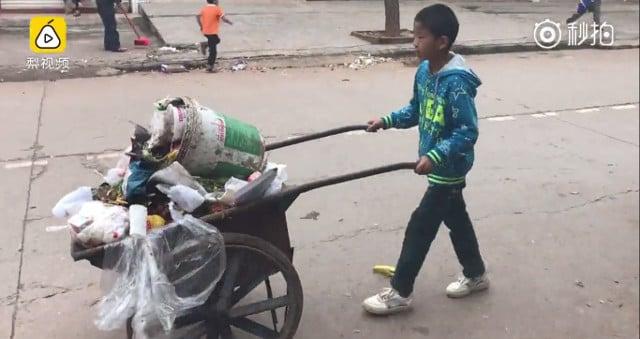 Hình ảnh Hàng triệu người cảm động vì hành động tuyệt vời cậu bé 12 tuổi dành cho cha mẹ. số 1