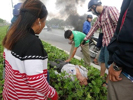 Xe máy bất ngờ bốc cháy trên đại lộ Phạm Văn Đồng khiến 1 người bị bất tỉnh 3