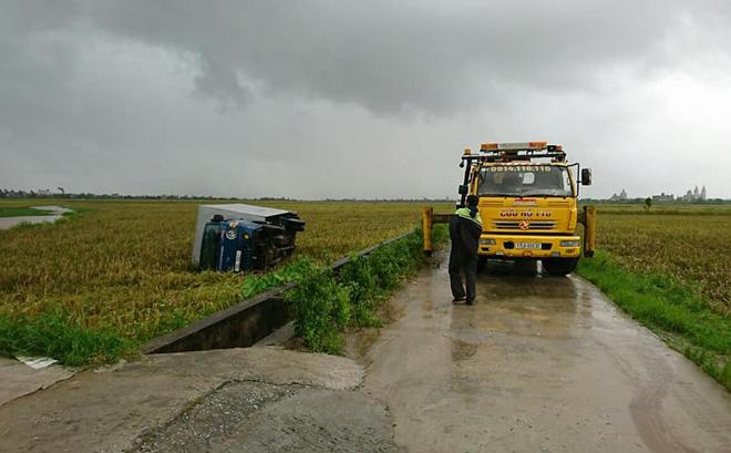 Lốc xoáy cuốn bay ô tô tải xuống ruộng, nhiều nhà bị tốc mái  1