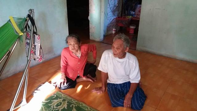 Cảm động cụ ông 81 tuổi suốt 15 năm còng lưng nhổ đinh trên công trường kiếm tiền nuôi vợ bệnh 2