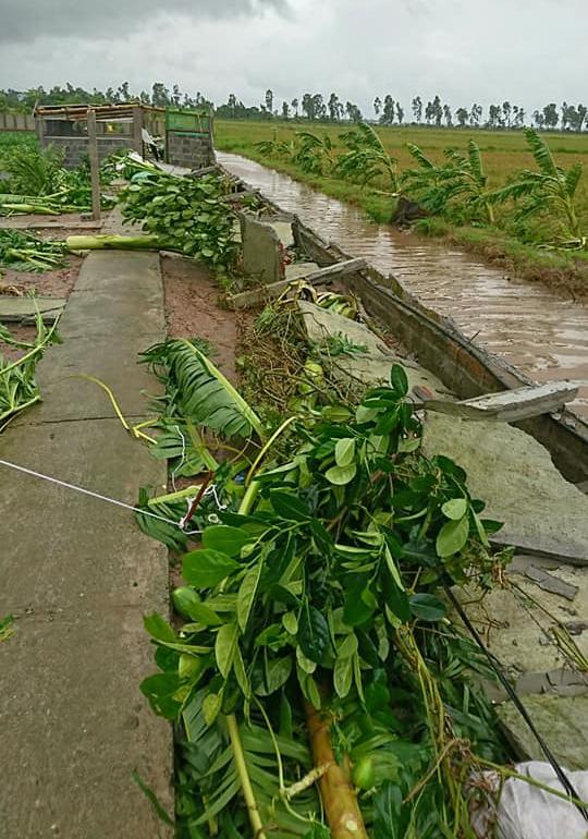Lốc xoáy cuốn bay ô tô tải xuống ruộng, nhiều nhà bị tốc mái  5
