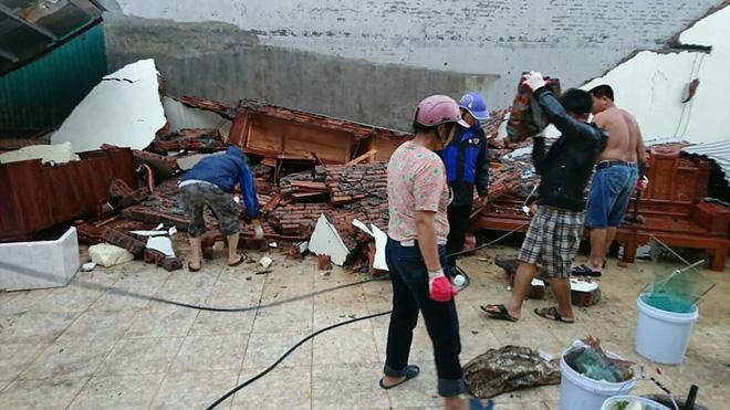 Lốc xoáy cuốn bay ô tô tải xuống ruộng, nhiều nhà bị tốc mái  3