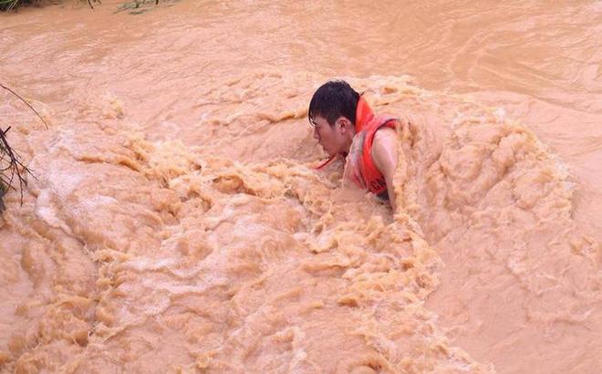Áp thấp nhiệt đới giật cấp 8 đi thẳng vào đất liền Hà Tĩnh - Quảng Bình, 2 người bị cuốn trôi 1