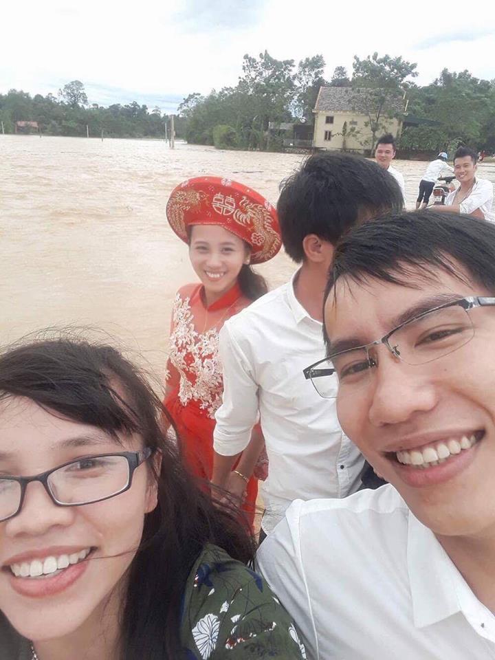 Nước ngập đường, chàng trai chèo thuyền vượt lũ đi hỏi cưới vợ 4