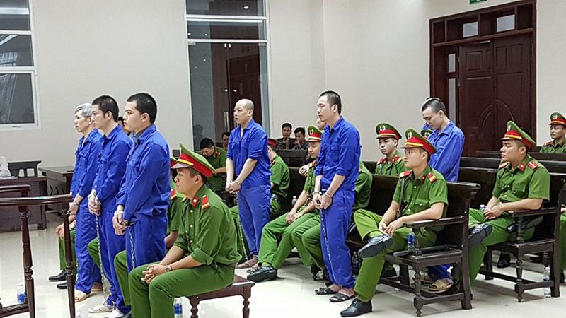 Hình ảnh Tử tù trốn trại Nguyễn Văn Tình tươi cười vẫy chào đồng phạm ở tòa số 3