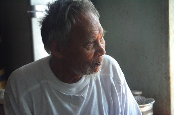 Cảm động cụ ông 81 tuổi suốt 15 năm còng lưng nhổ đinh trên công trường kiếm tiền nuôi vợ bệnh 4
