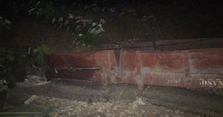 Sạt lở đất kinh hoàng khiến 1 đoàn tàu chở hàng bị vùi lấp ở Yên Bái 1
