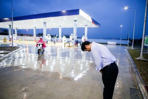 Kết quả hình ảnh cho Chủ cây xăng Nhật đội mưa nhiều giờ cúi gập người chào khách