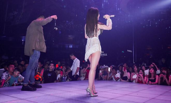 Hình ảnh Hương Tràm gây tranh cãi vì diện váy tả tơi hát