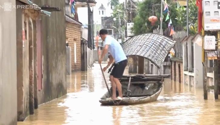 Hà Nội: Cả ngôi làng biến thành sông khi nước lũ tràn qua đê 9