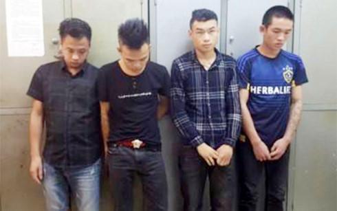 Hình ảnh Nhóm người chở tiếp viên quán karaoke cầm kiếm tấn công cảnh sát số 1