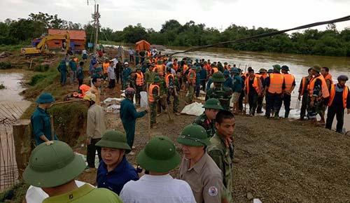 Hình ảnh Thanh Hóa: Lao cả máy xúc ngăn vỡ đê sông Cầu Chày số 1