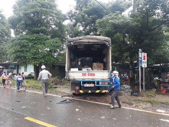 Hình ảnh Xe khách tông xe tải, người dân dùng xà beng cứu người phụ nữ bị mắc kẹt số 2