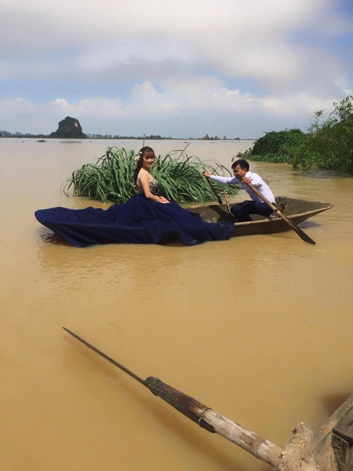Hình ảnh Bất chấp mưa lũ dâng cao, cô dâu chú rể Ninh Bình vẫn leo lên nóc nhà chụp ảnh cưới gây