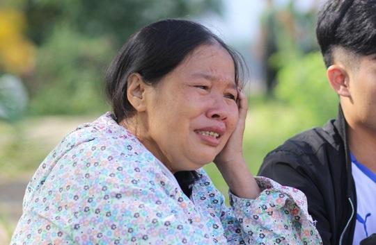 Người mẹ mỏi mòn khóc cạn nước mắt đi dọc suối tìm con và cháu ngoại mất tích 2
