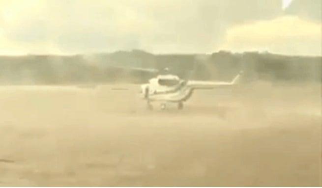 Hình ảnh Bất chấp nguy hiểm, phi công lái trực thăng cứu người dưới dòng nước lũ số 1