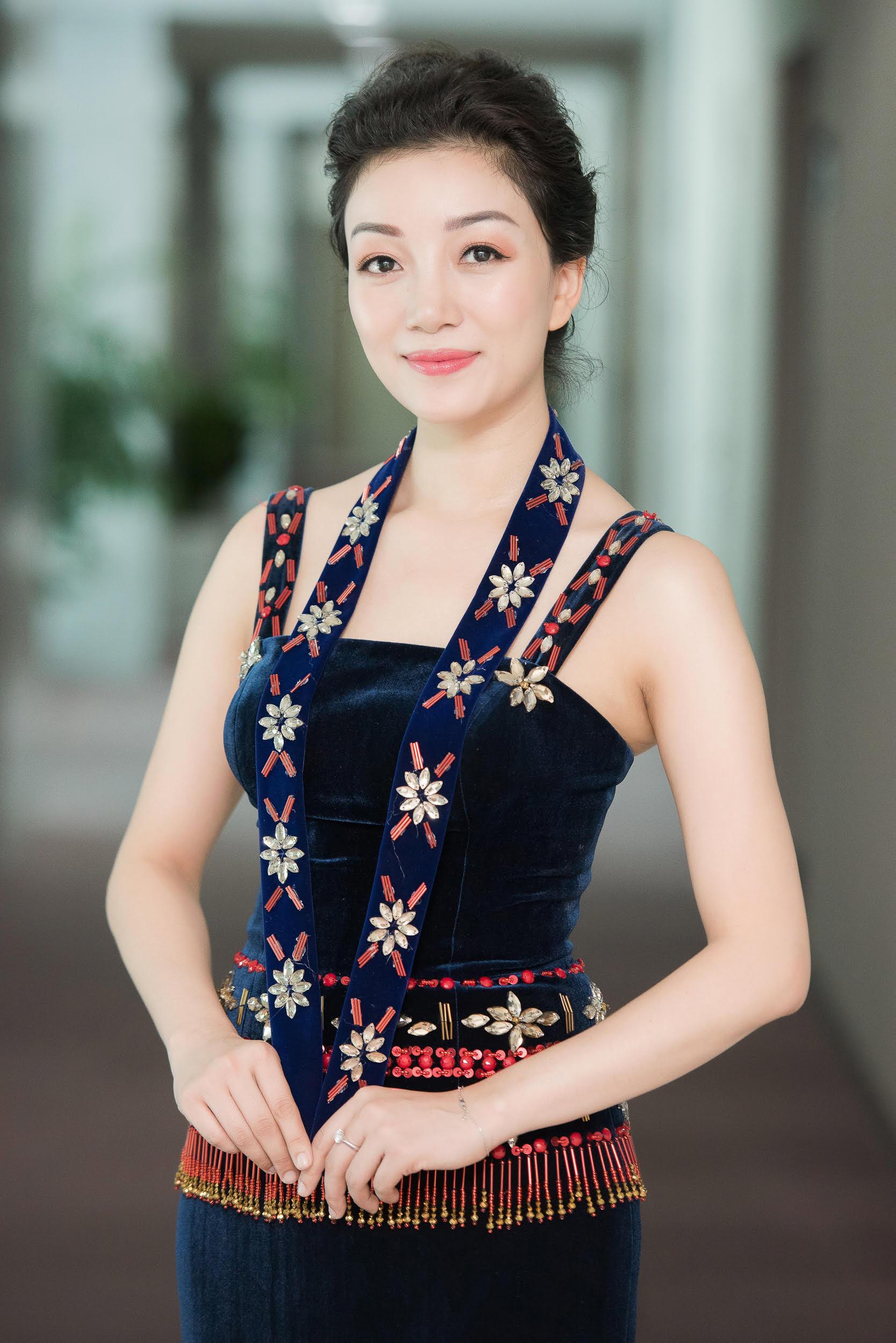 Hình ảnh Phạm Thu Hà hát