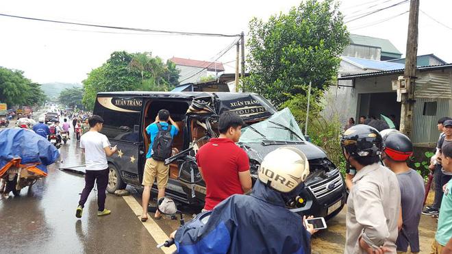Hình ảnh Xe khách tông xe tải, người dân dùng xà beng cứu người phụ nữ bị mắc kẹt số 1