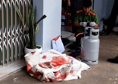 Cảnh sát phun vòi rồng khống chế tên giết người ôm bình gas cố thủ 2