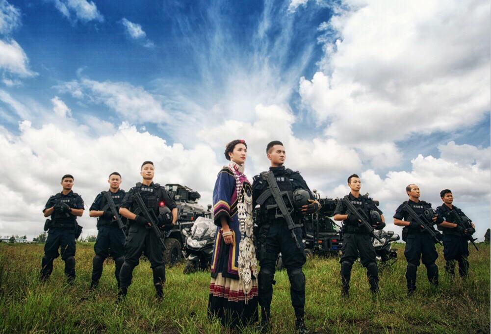 Xôn xao bộ ảnh cưới có 1-0-2 của chàng cảnh sát đặc nhiệm và vị hôn thê trong khu huấn luyện  2