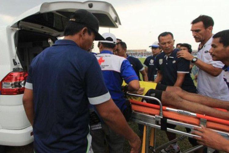 Sốc: Thủ môn Indonesia thiệt mạng sau pha va chạm kinh hoàng với đồng đội 2