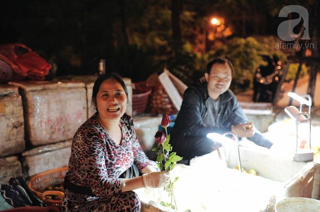 Theo chân những phụ nữ Việt vất vả mưu sinh trong đêm và nụ cười bừng sáng ngày lễ dành cho chính họ 12