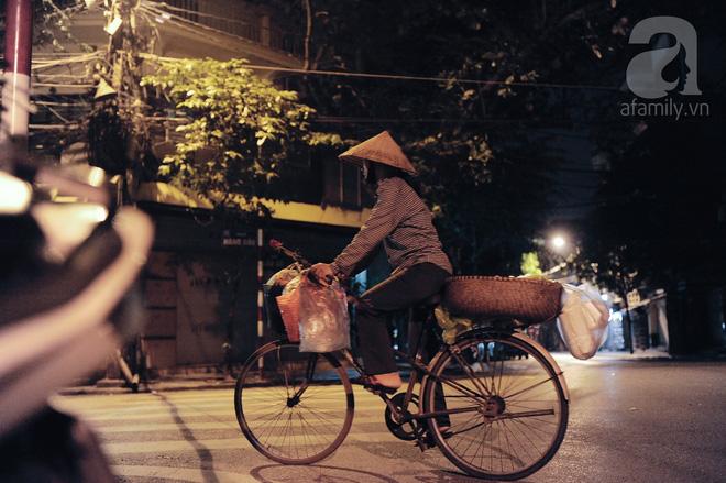 Theo chân những phụ nữ Việt vất vả mưu sinh trong đêm và nụ cười bừng sáng ngày lễ dành cho chính họ 7