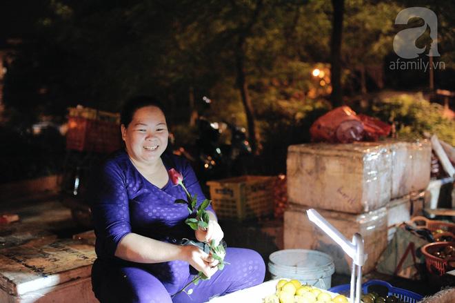Theo chân những phụ nữ Việt vất vả mưu sinh trong đêm và nụ cười bừng sáng ngày lễ dành cho chính họ 11