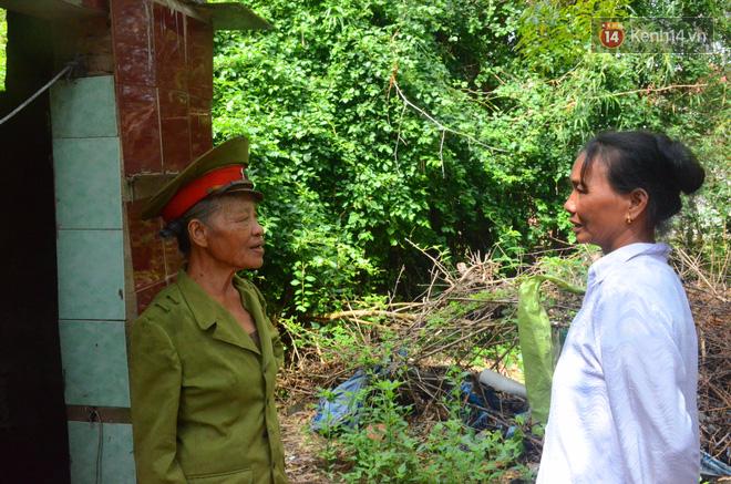 Chuyện bà cựu Trung tá Công an sống một mình trong bãi tha ma suốt 14 năm để chăm mộ bố mẹ 6