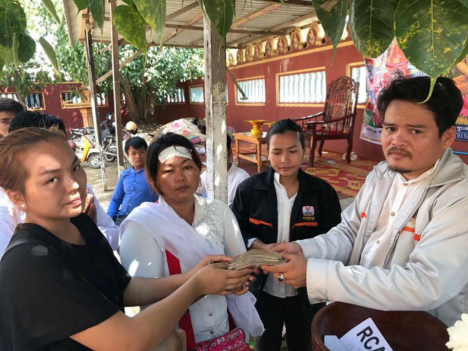 Người hâm mộ đau buồn đưa tiến sao nữ Campuchia bị chồng bắn chết 10