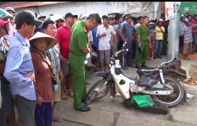 Xe tải chở đất lật nghiêng đè chết người đàn ông bán vé số 1