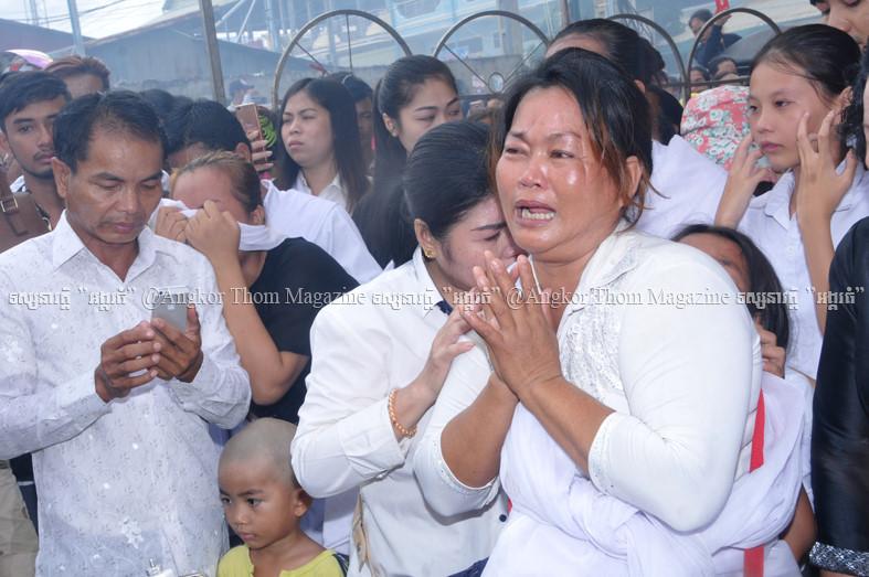 Người hâm mộ đau buồn đưa tiến sao nữ Campuchia bị chồng bắn chết 9