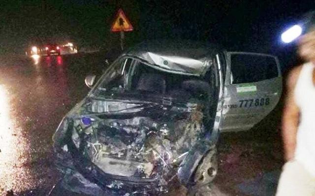 Xe khách đâm nát đầu taxi, 3 người nhập viện nguy kịch 1