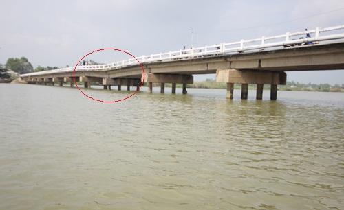 Bất chấp biển cấm, gần 8000 người vẫn liều mình đi qua cầu sắp sập 2