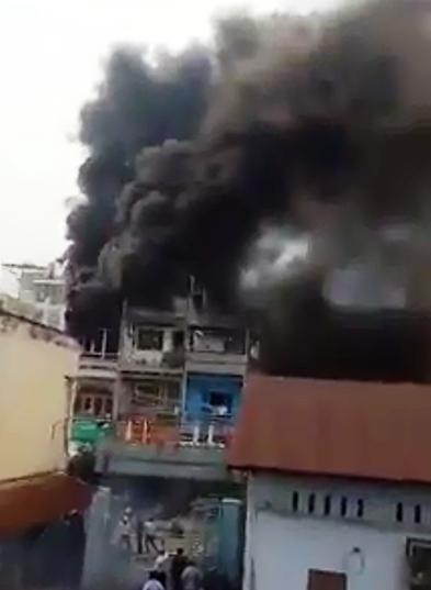 Cửa hàng phụ tùng xe máy bốc cháy dữ dội, cả khu phố hoảng loạn 1