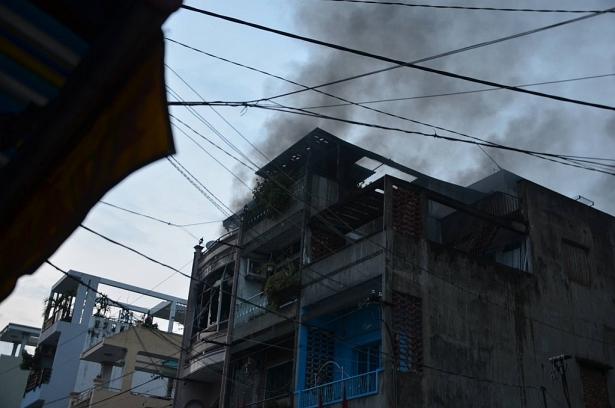 Cửa hàng phụ tùng xe máy bốc cháy dữ dội, cả khu phố hoảng loạn 3