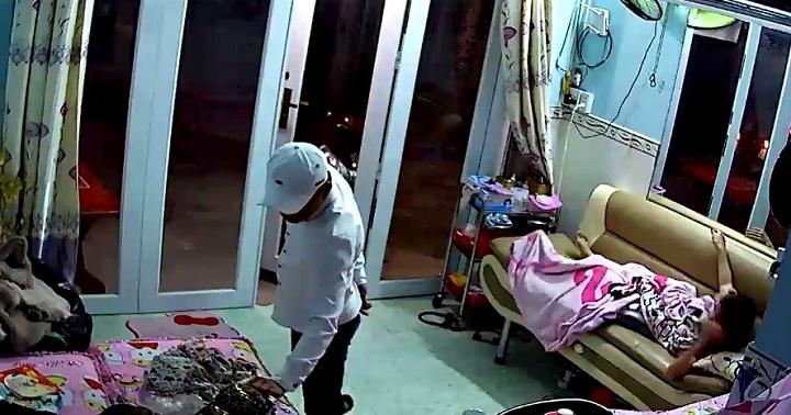 Clip: Trộm vào nhà lục lọi rồi cướp điện thoại trước mặt cô gái 1