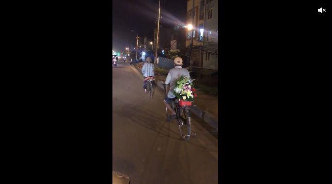 Hình ảnh cụ ông đạp xe cũ, chở lẵng hoa lặng lẽ đi theo sau cụ bà thu hút cư dân mạng 1