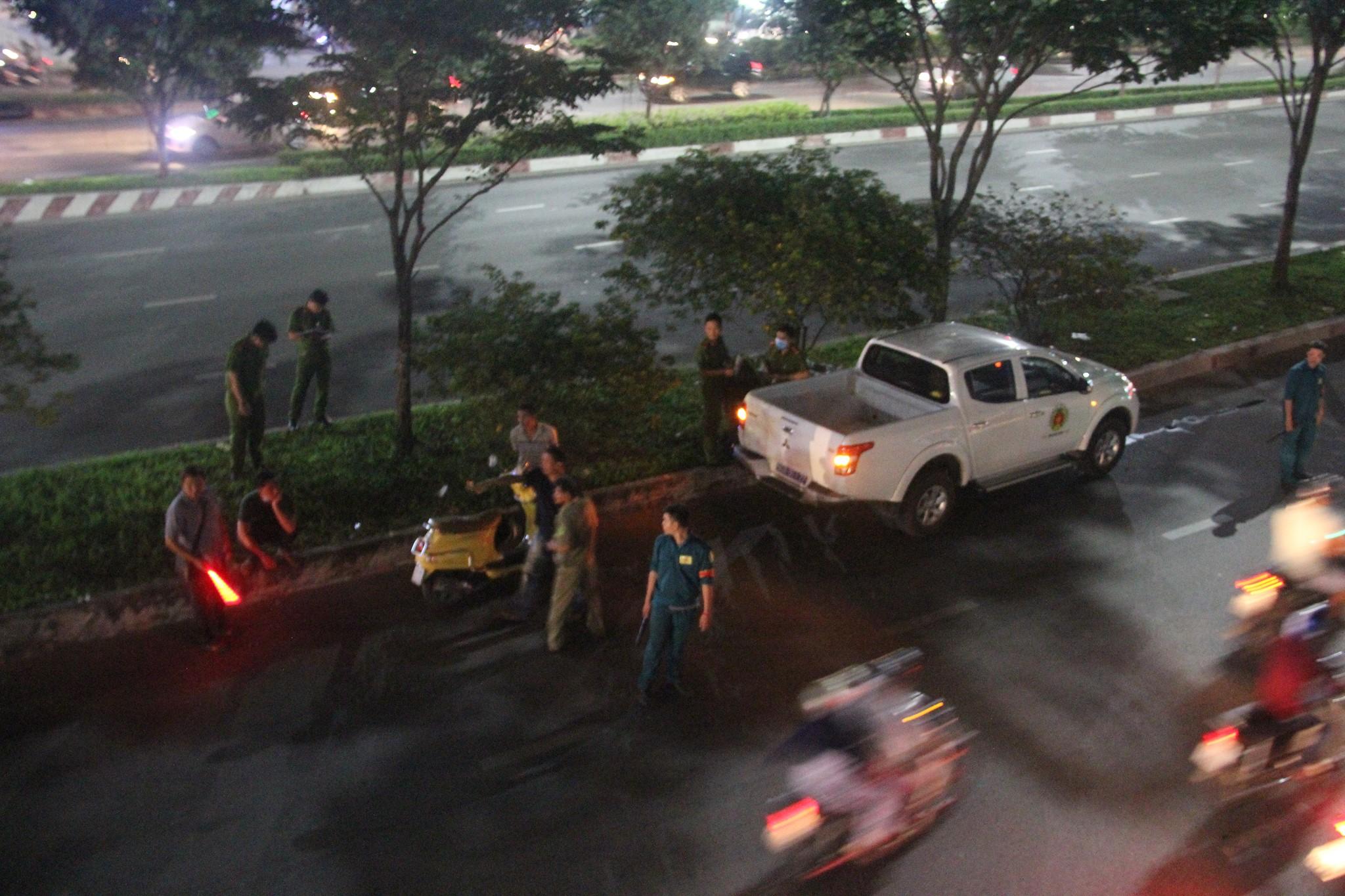 Người đàn ông chết trong tư thế treo cổ giữa phố Sài Gòn 1