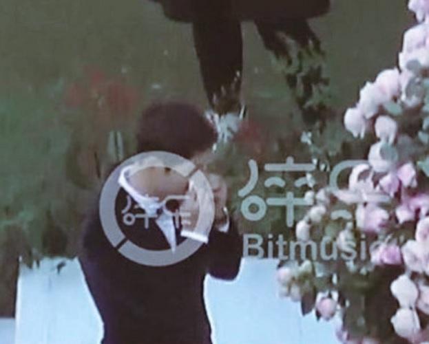 2 bố con Song Joong Ki đều xúc động rơi nước mắt trong lễ cưới 2