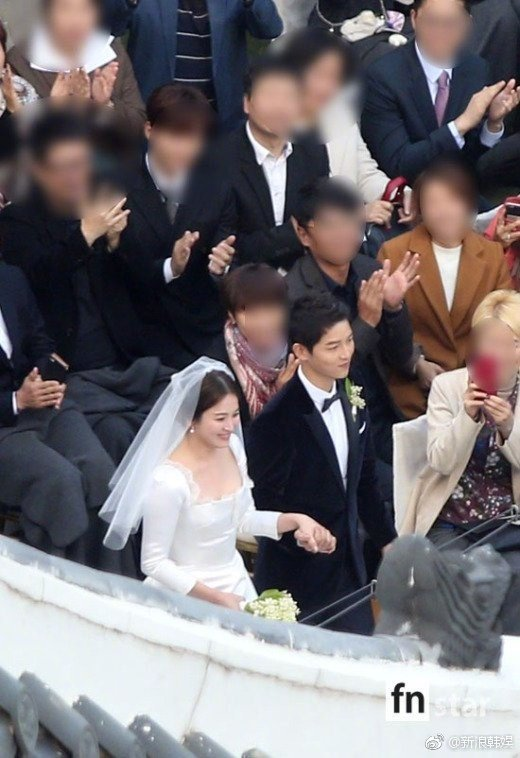 Song Joong Ki - Song Hye Kyo cười rạng rỡ, nắm chặt tay nhau bước vào lễ đường 3