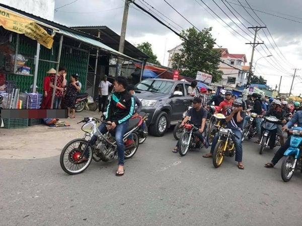 Nhóm thanh niên đi xe độ rồ ga, nẹt bô đua xe trong tang lễ khiến nhiều người bức xúc 1