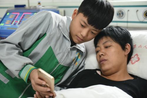 Cảm động cậu bé 12 tuổi bỏ học đi dỡ lạc thuê kiếm tiền chữa bệnh cho mẹ 6