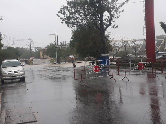 Sau bão, lũ ngập khắp các tỉnh miền Trung, nhiều khu vực bị chia cắt 7