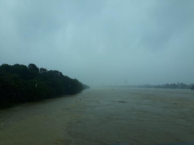 Sau bão, lũ ngập khắp các tỉnh miền Trung, nhiều khu vực bị chia cắt 2