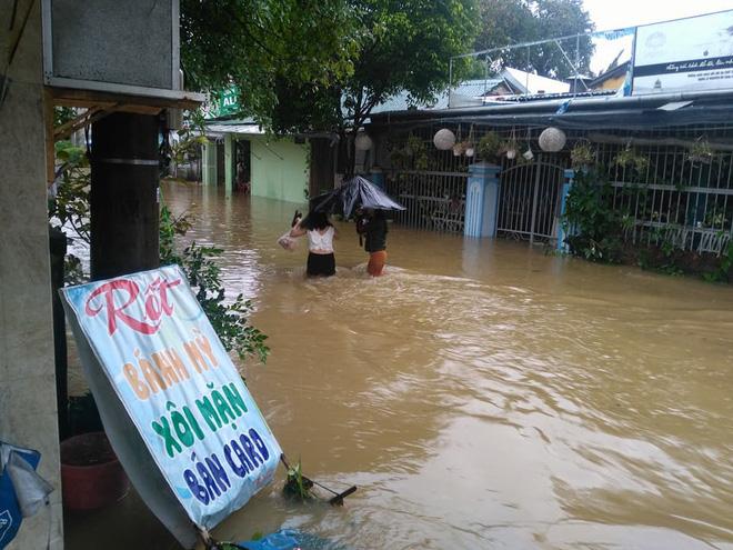 Sau bão, lũ ngập khắp các tỉnh miền Trung, nhiều khu vực bị chia cắt 6